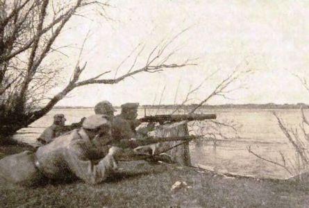 Пулеметный расчет чехов на берегу Бирюсы напротив с.Конторского  весна 1919 г.