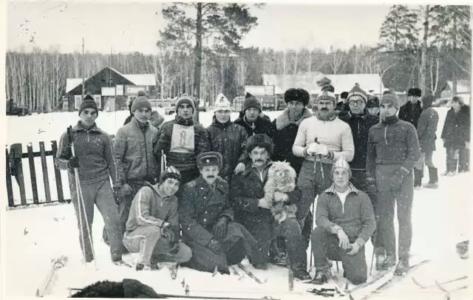 Лыжники с командиром полка полковником Поповым Ю.Ф.