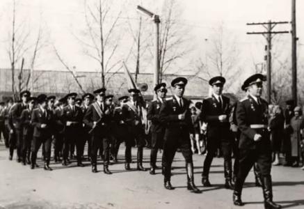 На параде 1 мая 1975 год. Командир части Добреля Н.Л., За ним идут начальник штаба Хитров А. И. и зам. ком. по тылу Куркин С.А.