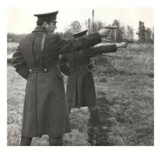 Упражнение по стрельбе из ПМ выполняют офицеры 1-го батальона г.Зима  фото 1984 года.