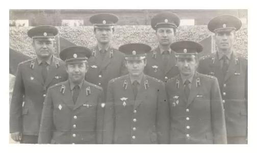 Офицеры у правления войсковой части 6619  фото 1984 года.