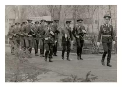 Подготовка  знамённого взвода войсковой части 6619 к выходу из военного городка части в город тайшет на демонстрацию фото 1983 года.