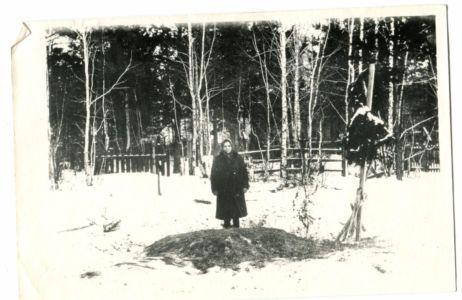 14 Елена на могиле брата - И.А.Бича фото октября 1919 г.