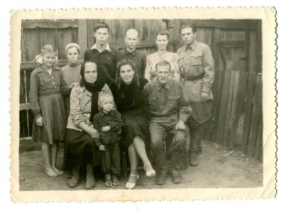 18 потомки Бича;  в черном платке Вера Ивановна