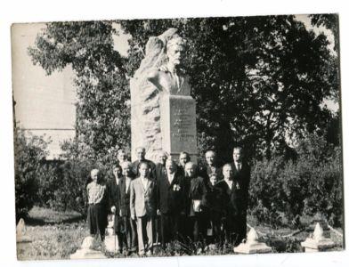 22 бывшие партизаны у памятника Бичу И.А. у здания бывшего кинотеатра Победа