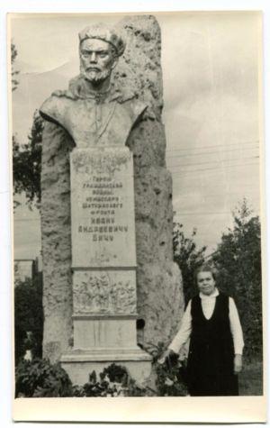 23 Ульяна Ивановна у памятника отцу в Тайшете