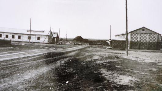 центр поселка Полинчет справа Дом культуры